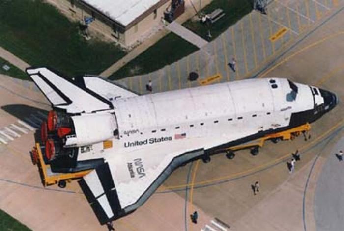 """美国对上一次载人太空飞行由航天飞机""""阿特兰蒂斯号""""(图)执行。"""