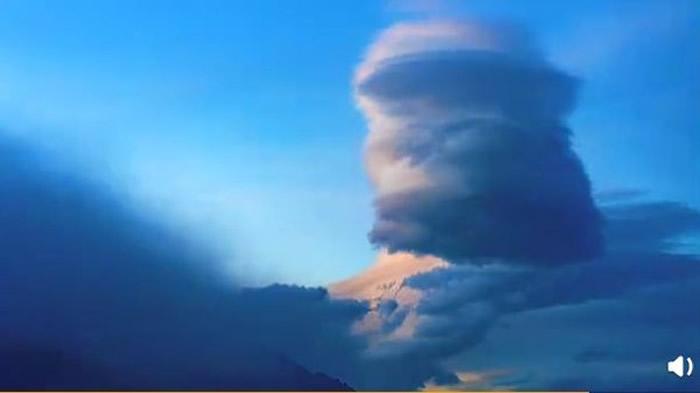 """伪装成云的UFO!云南丽江束河古镇上空出现诡异的""""桶状形云朵"""" 网友:荚状高积云"""