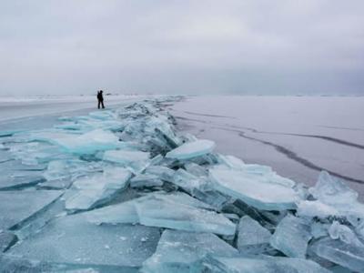 俄罗斯科学家认为贝加尔湖冰面上形成的黑色圆圈与特殊涡旋有关