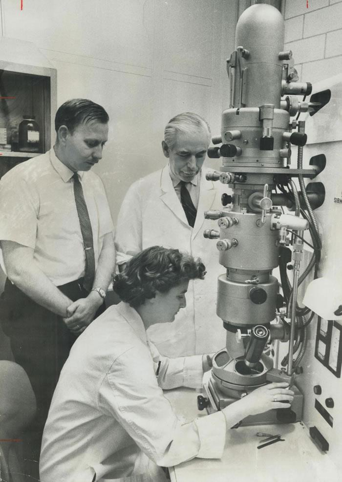 1963年,在加拿大多伦多的安大略癌症研究中心里操作电子显微镜的科学家茱恩·艾尔梅达。 一年之后,艾尔梅达将成为第一个用她自己研发出来的显微技术看到冠状病毒的人