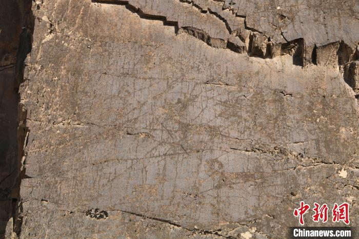 宁夏中卫市北长滩黄河南岸高山之巅发现30多座石块垒砌的古人类聚落遗址与史前岩画