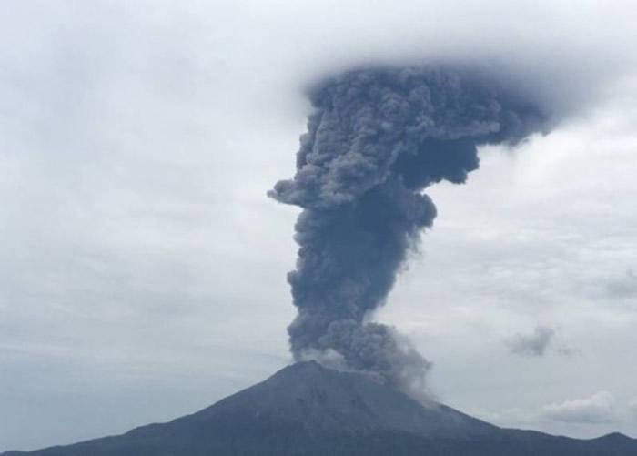 日本鹿儿岛县的樱岛火山上9日清晨发生喷发