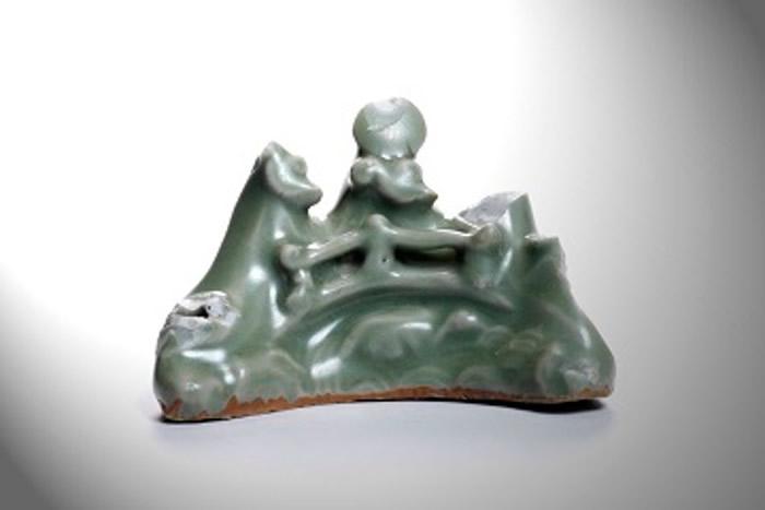 日本爱媛县西条市考古遗址出土产自中国浙江省龙泉窑的青瓷笔架