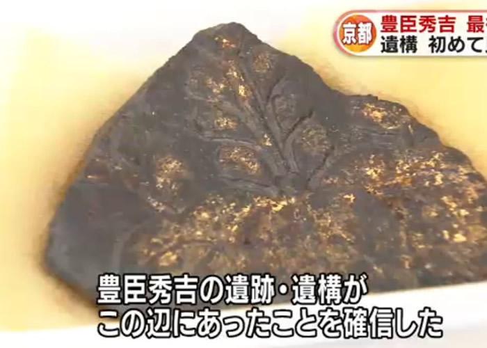 金箔瓦碎片中刻有丰臣秀吉的桐纹家纹