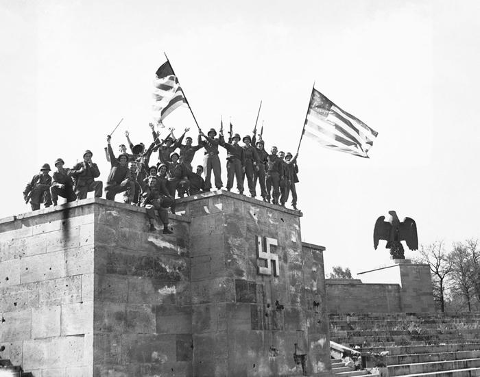 美国军队欢庆德国在1945年5月8号第一次有效力的无条件投降。 为了避免发生投降不合法的状况,苏联领导人斯大林将在隔天筹办第二次投降。 PHOTOGRAPH B