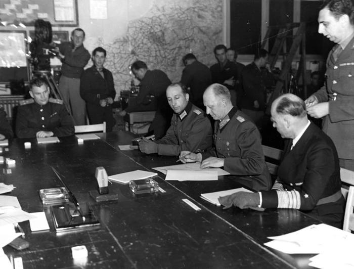 德意志国防军最高统帅、作战部长阿尔弗雷德. 约德尔签署无条件的「军事投降书」(Act of Military Surrender),并于1945年5月7日停火。
