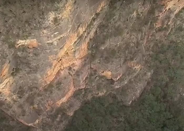 澳洲男子攀登新南威尔士省蓝山不慎坠入山崖岩石缝中 苦撑17小时终获救