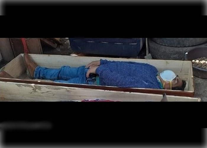 新冠肺炎:秘鲁坦塔拉市市长违禁令与朋友饮酒 避警察躺棺材装死