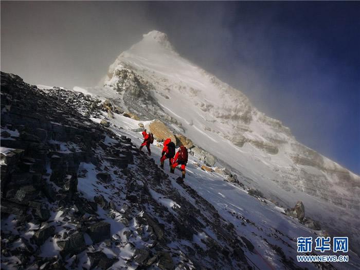5月27日,2020珠峰高程测量登山队向珠峰峰顶挺进。新华社特约记者 扎西次仁 摄