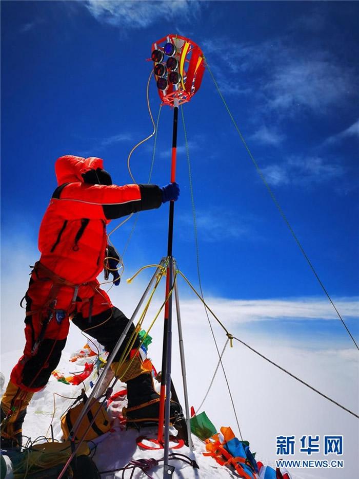 5月27日,2020珠峰高程测量登山队队员在珠峰峰顶开展测量工作。新华社特约记者 扎西次仁 摄