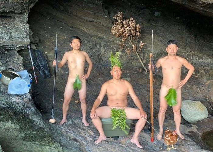 众人扮成原始人拍照留念,场面引人发笑。