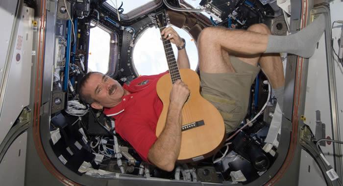 加拿大宇航员克里斯•哈德菲尔德:身着太空服进入太空漫步时是吹不了口哨的