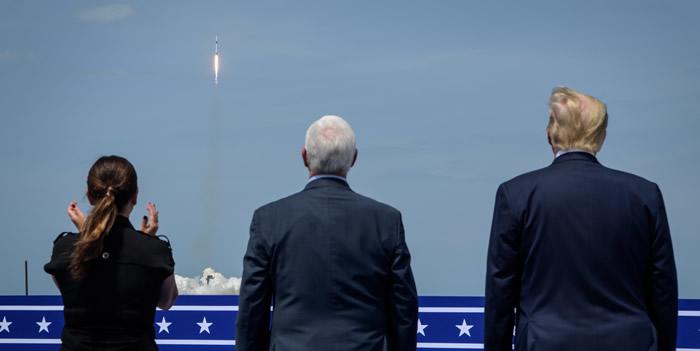 """美国太空探索技术公司(SpaceX)猎鹰9号火箭发射成功 """"龙""""飞船首次载人上太空"""