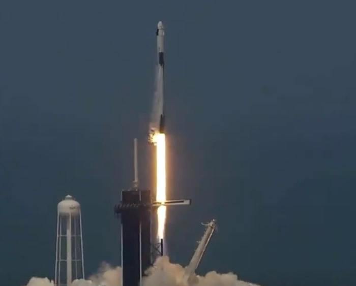 "SpaceX载人""龙""飞船顺利升空 美国首个商业营运的载人升空任务"