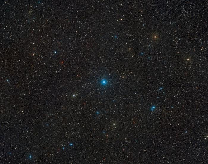 在这张由数字巡天2计划(Digitized Sky Survey 2)所拍摄的广视野影像中央,可以看到HR 6819恒星系统。 这两颗恒星的距离极为接近,看起来