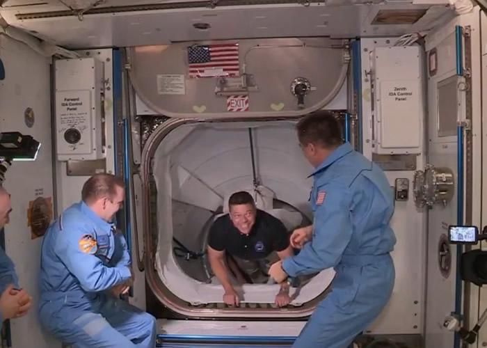 本肯(中)率先进入太空站。