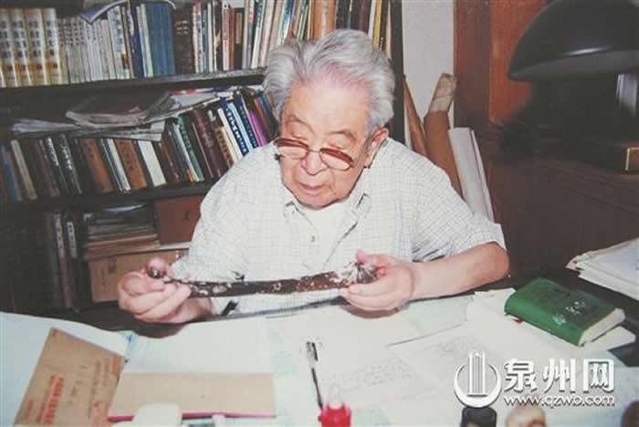 """""""海峡人""""化石经贾兰坡院士鉴定确为古人类肱骨化石(少川供图)"""