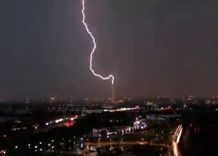美国首都华盛顿特区的华盛顿纪念碑遭闪电击中 网友笑言国家现况令国父暴跳如雷