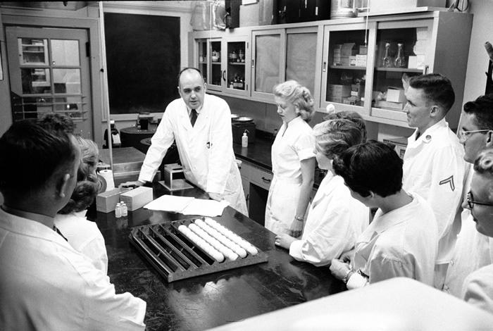 1957年,在华特. 里德陆军医学研究院的病毒学家莫里斯. 希尔曼及研究团队。 那一年,希尔曼和他的团队将辨识并开发出4000万剂的疫苗,对抗来自香港的流感病毒