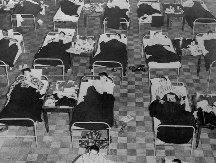 感染了1957年亚洲流感(Asian FLu)的学生,躺在麻州大学学生活动中心设置的临时病床上。 全美国有超过10万人死于这种病毒。 PHOTOGRAPH BY