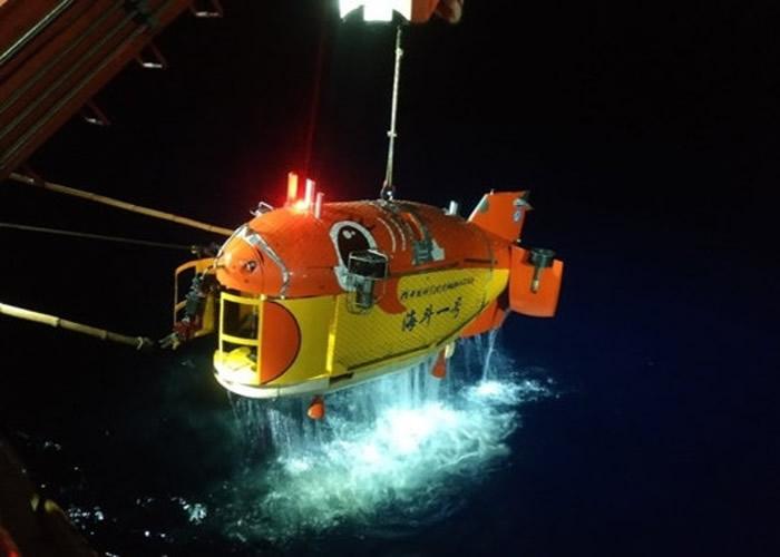 """""""海斗一号""""在马里亚纳海沟实现多次万米下潜。"""