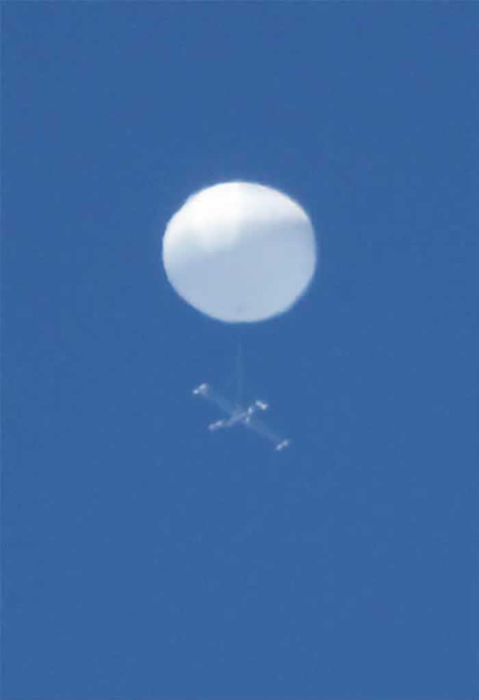 日本仙台市上空出现白色球体不明飞行物 下方悬挂着十字架物体