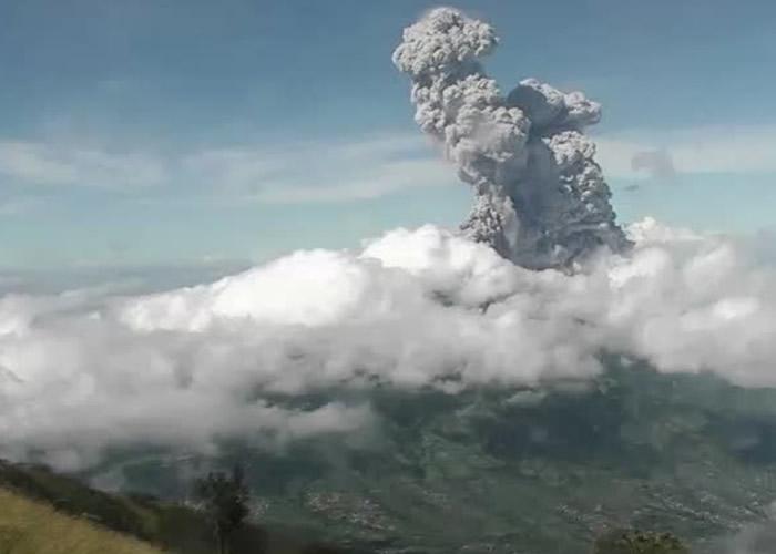 印尼爪哇岛默拉皮火山喷发 火山灰及蒸气喷至6公里高空