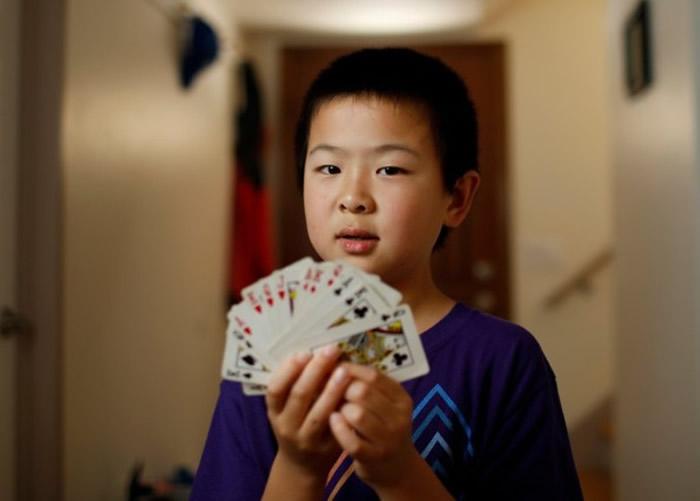 """加州8岁华裔""""桥牌神童""""安德鲁.陈获得美国定约桥牌协会(ACBL)""""终身大师""""荣衔"""