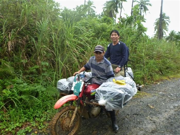 这位年轻人是村内唯一有交通工具的人,而且他的机车曾一次载过12个人。 我原先坐在最后面的行李上。 摄影:杜铭章
