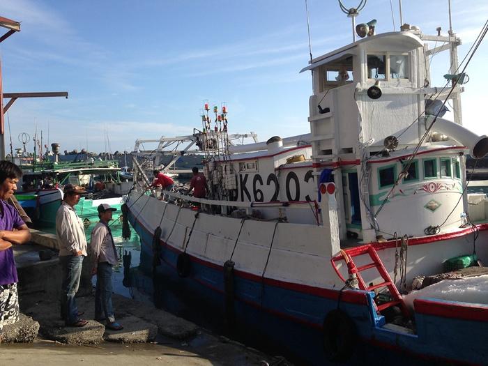 巨口鲨保育,渔民具关键地位。 (石梯坪靠岸渔船示意图)摄影:廖静蕙