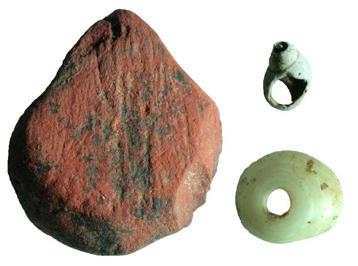 红赭石与贝壳珠子一同从斯里兰卡雨林中的法显洞早期遗址出土。 这座遗址出土的最古老工具(例如骨制箭头)有4万8000年之久。 IMAGE BY M. C. LAN