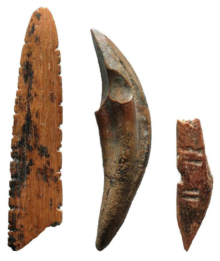 从斯里兰卡法显洞(Fa-Hien Lena)出土的工具由骨头和牙齿制成,它们被用作狩猎小猴子与松鼠、切割兽皮或植物,也或许用来织网。 照片中(由左至右)是可能用