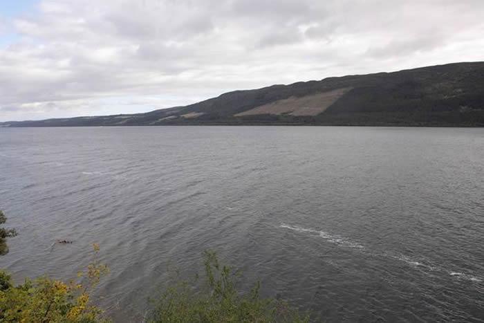 """英国南安普敦男子Steve Challice在尼斯湖度假时拍摄到""""尼斯湖水怪""""?"""