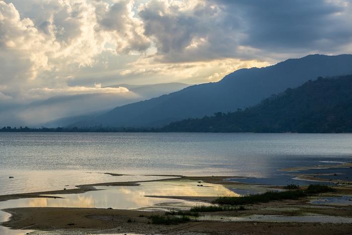 成形于200万年前的波索湖,孕育并见证了数十种物种的演化。 图片来源:Ian Morse(Mongabay)