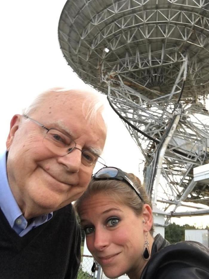 法兰克和作者娜迪亚. 德瑞克(Nadia Drake)于2016年在绿堤天文台合影。 在他们身后的是26米高的华德. 塔特尔无线电波望远镜(Howard E.