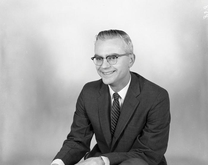 哈佛大学毕业的无线电波天文学家法兰克. 德瑞克在1958年进入美国国家电波天文台工作,他在西维吉尼亚州绿堤的这座天文台设立了美国国家电波天文台的第一架毫米波望远