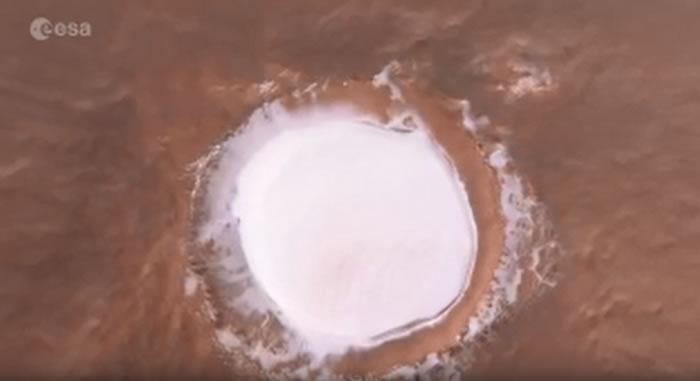 """""""火星快车""""号空间轨道探测器飞越火星北极""""雪湖""""科罗廖夫火山口的视频"""