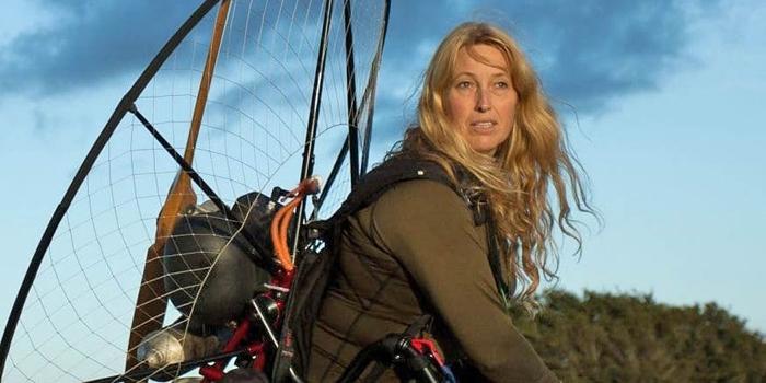 邓契因乘飞行伞追踪天鹅迁徙,获得「天鹅人」的称号。 照片来源:无国界保育组织脸书