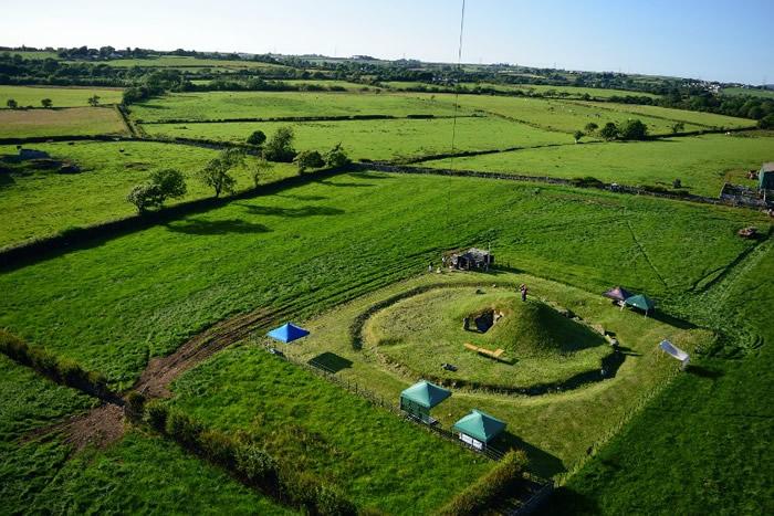 石隧墓看似一个小山丘。