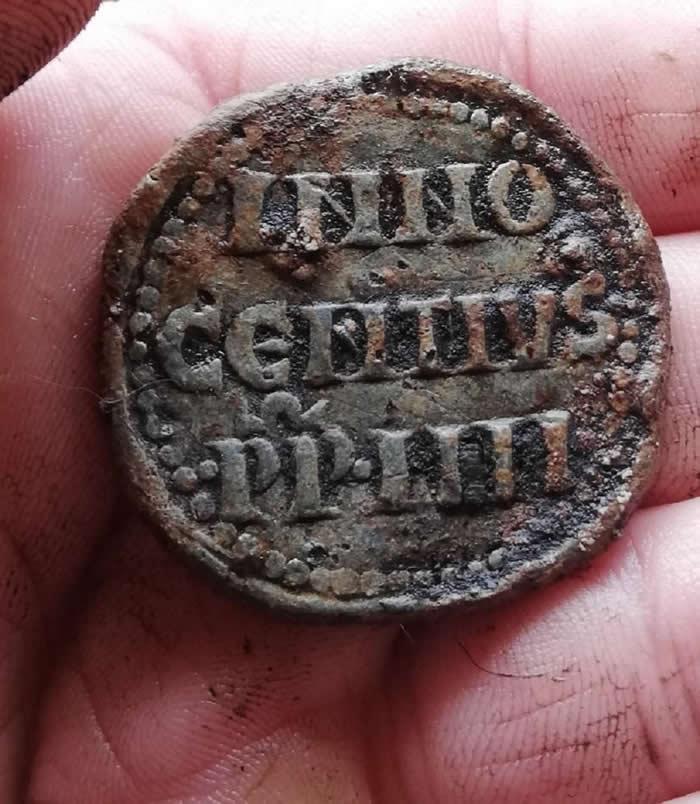 英国西部什罗普郡考古爱好者使用金属探测器发现700年前罗马教皇英诺森四世的印章