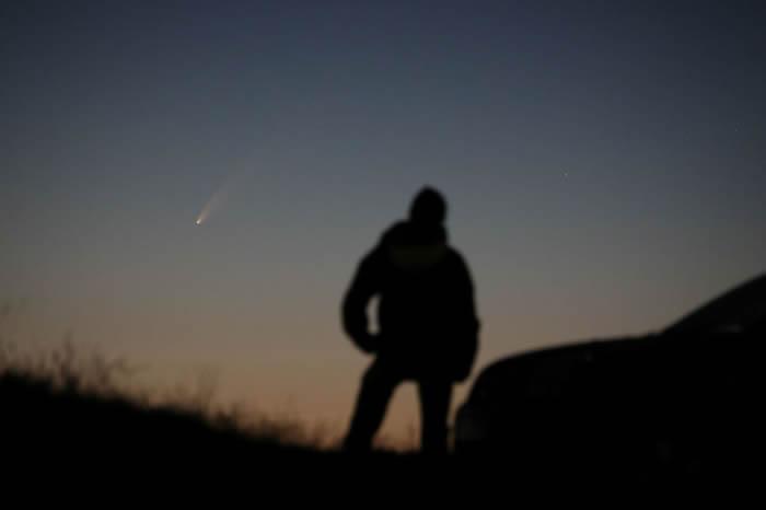 英国上空的NEOWISE彗星