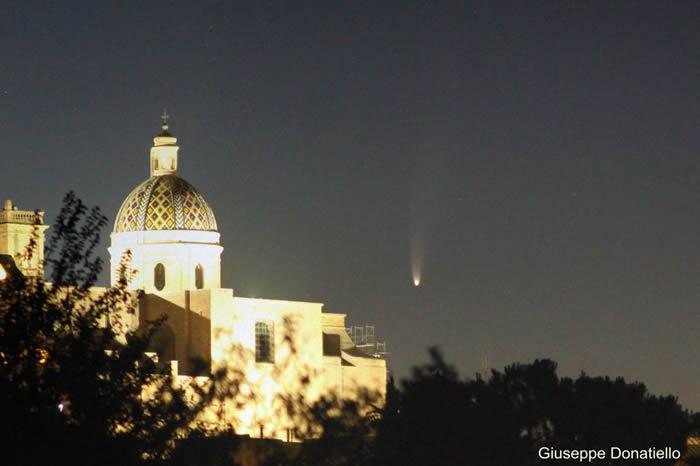 意大利一座教堂上空的NEOWISE彗星
