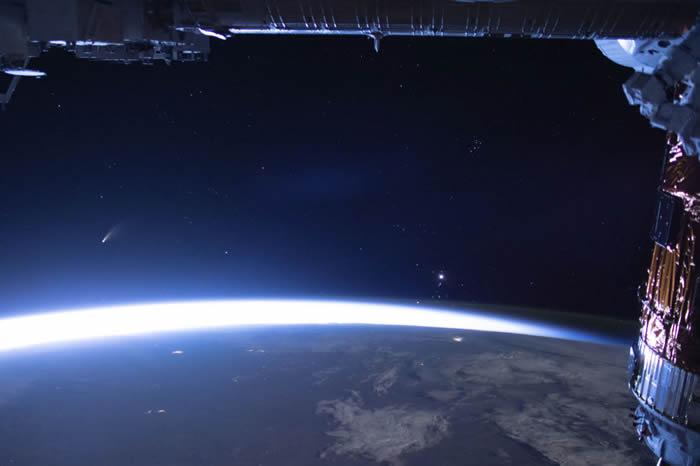 地球上空的NEOWISE彗星