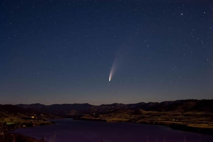 华盛顿州上空的NEOWISE彗星