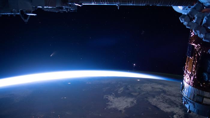 国际空间站摄像机拍到NEOWISE C/2020 F3彗星掠过地球上空 蓝色夜光云明亮耀目