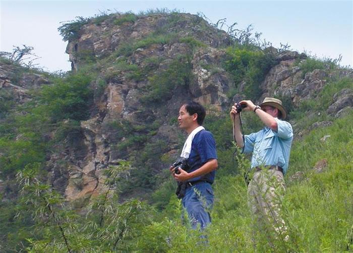 王社江(左)在秦岭考古现场