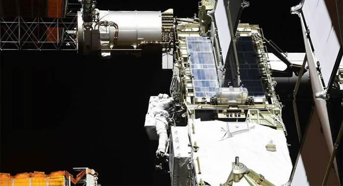 美国宇航员克里斯∙卡西迪和罗伯特∙本肯完成在开放太空更换国际空间站电池的工作