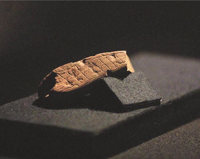 在南非的布隆伯斯洞穴,考古学家发现了一块7.4万年前的赭石。石块的表面经过打磨后,用一把尖锐的石制工具雕刻了抽象图案,这是已知最古老的符号表达遗迹之一。