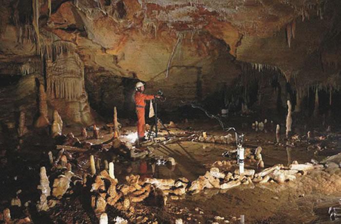 圆环之谜:17.6万年前,现位于法国的布吕尼屈厄洞穴内,尼安德特人取下了4吨重的石笋,并用其搭建了一个看似缺少实际用处的圆环形结构。(图片来源:Etienne