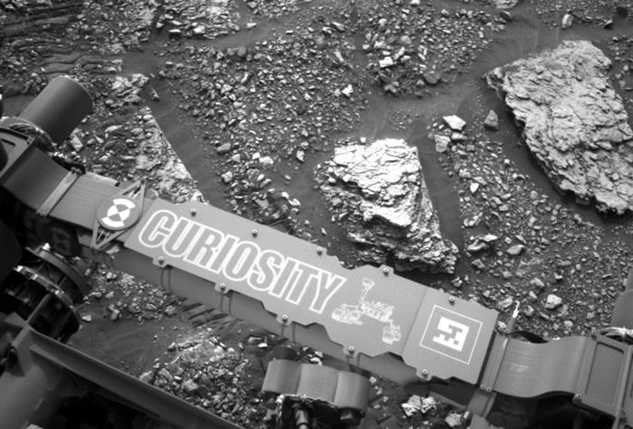 """火星上的""""好奇号""""冒险移动到""""有一些有趣颜色变化""""的岩石"""